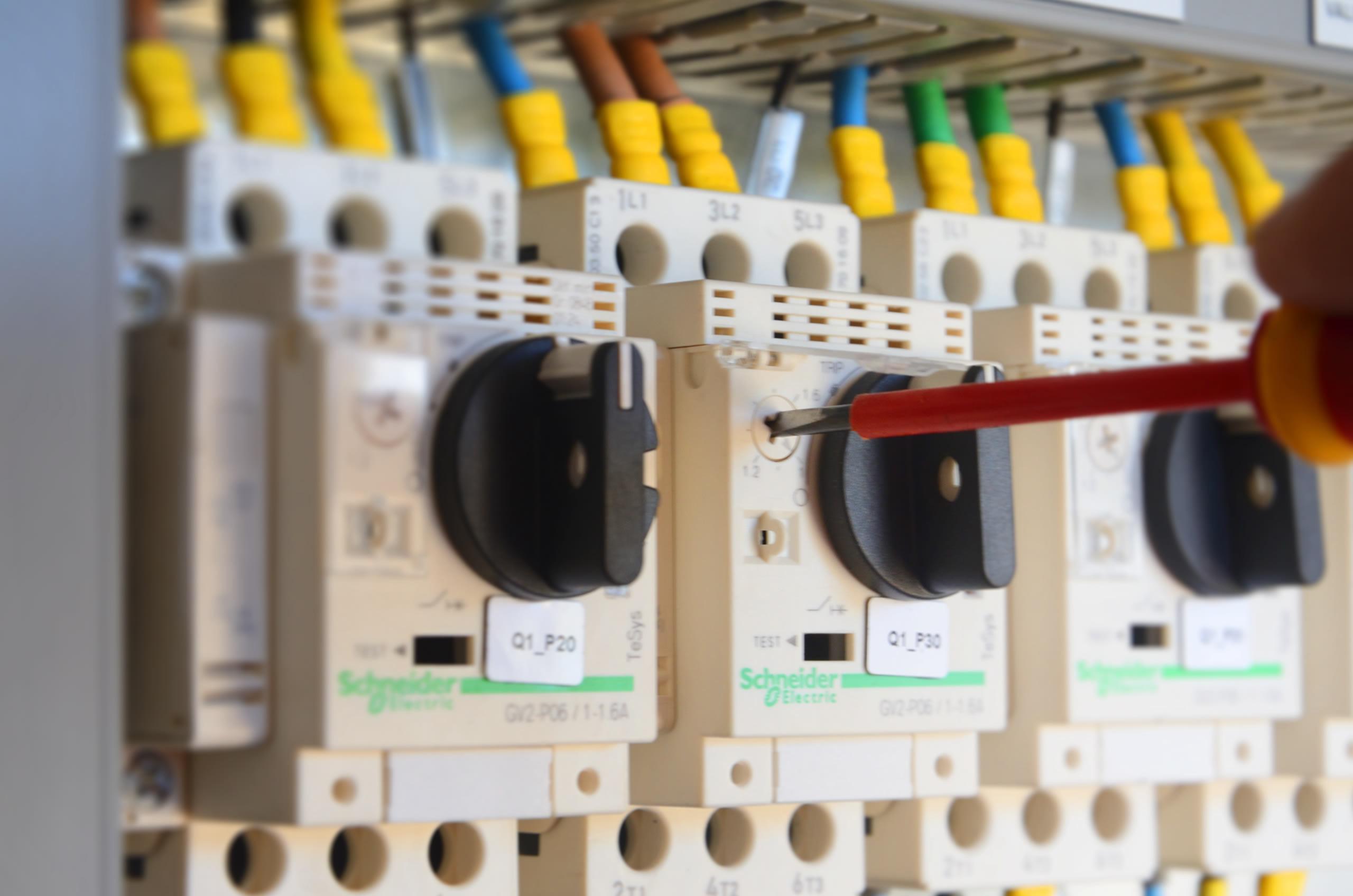 Image du réglage d'un tableau électrique d'une unité de Biogaz réalisé par Valpronat